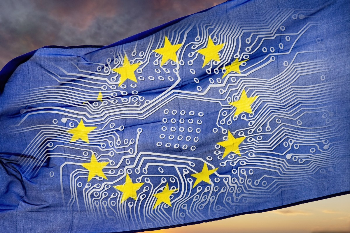 Europäische Flagge mit Platine vor dramatischem Himmel
