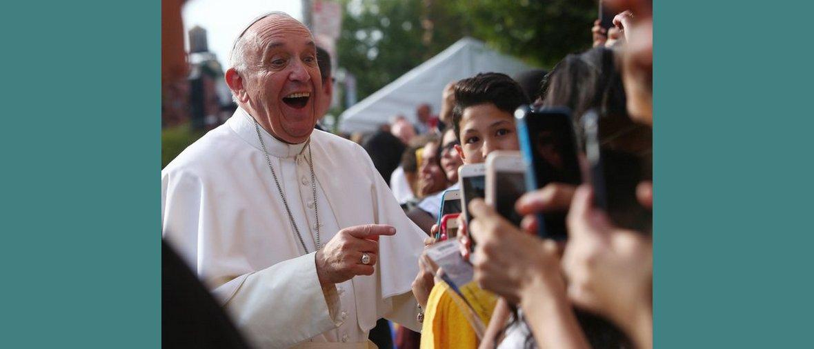 Ferenc pápa szelfizőkkel 219